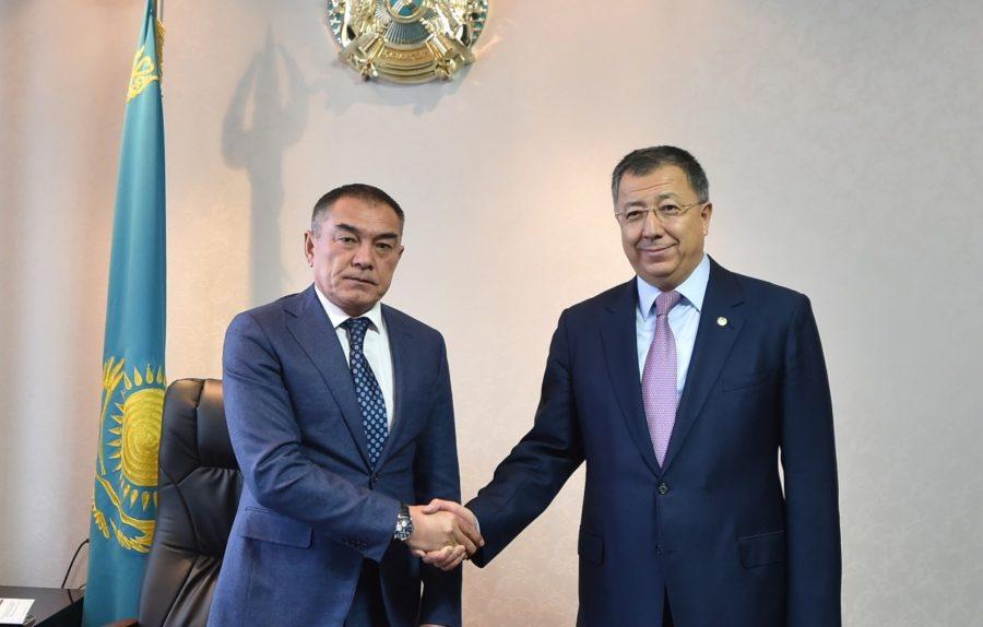 Алипбек Усербаев слева