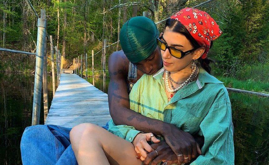 Кто Эрика Кикнадзе-Куталия и что за скандальный плакат нес ее парень Муса, фото