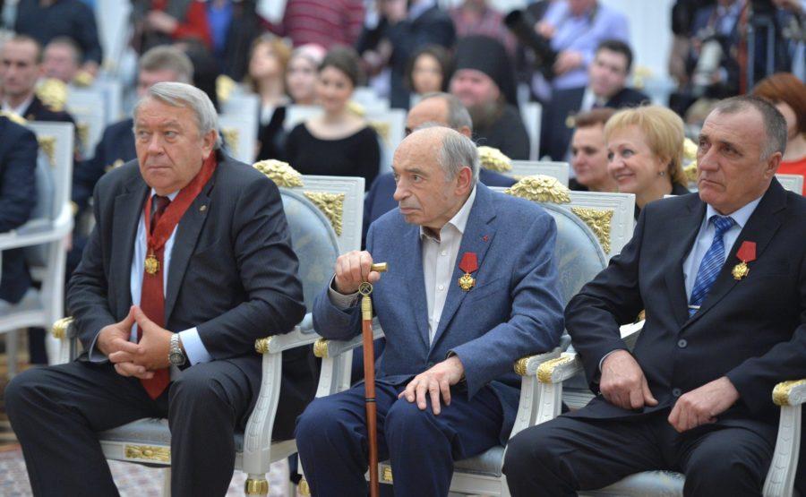 Валентин Гафт по центру