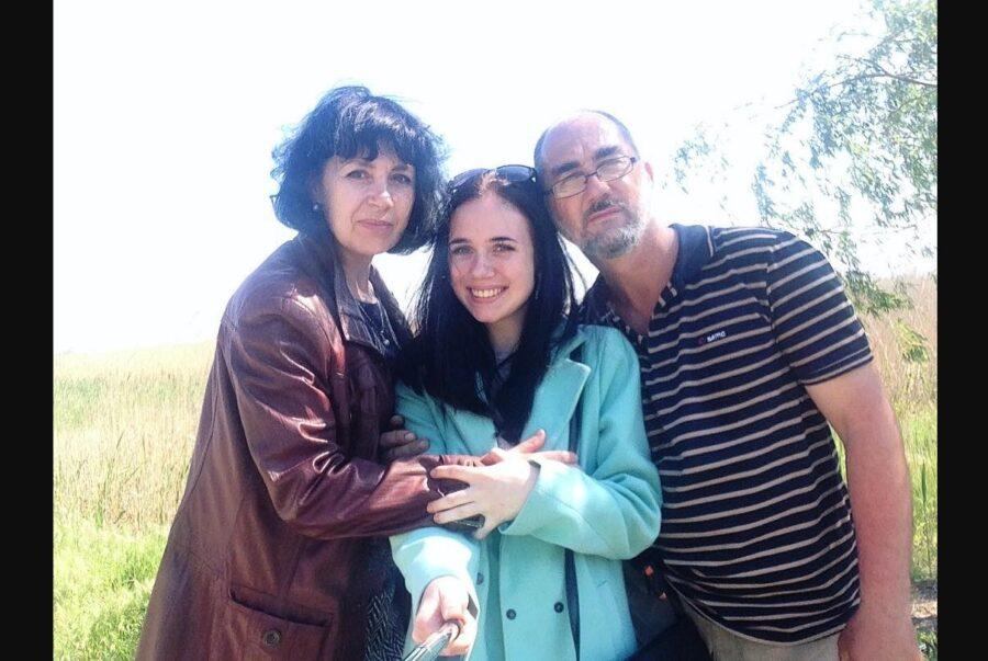 Семья Юлии Мендель: мать Майя, сестра Таисия и отец Владимир