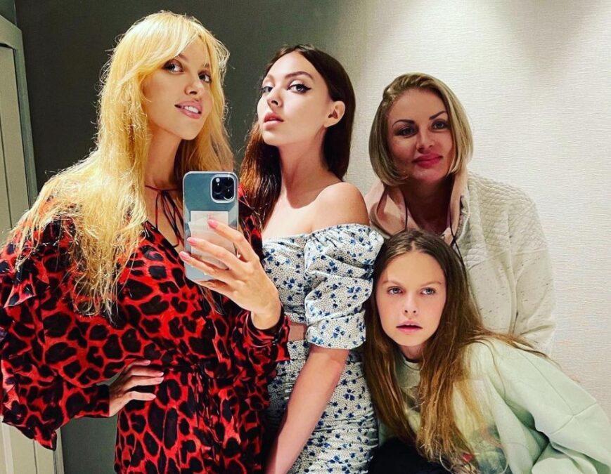 Оля Полякова с дочерями и матерью Светланой (справа на заднем плане)