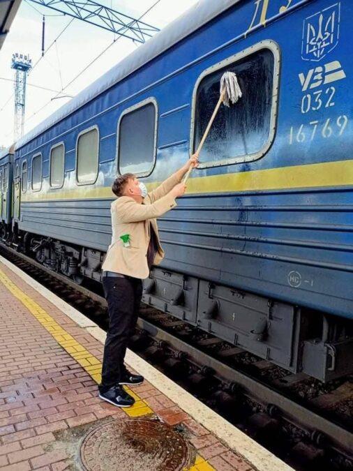 Йоганнес Андерсен (Johannes Wamberg Andersen) моет окно в украинском поезде