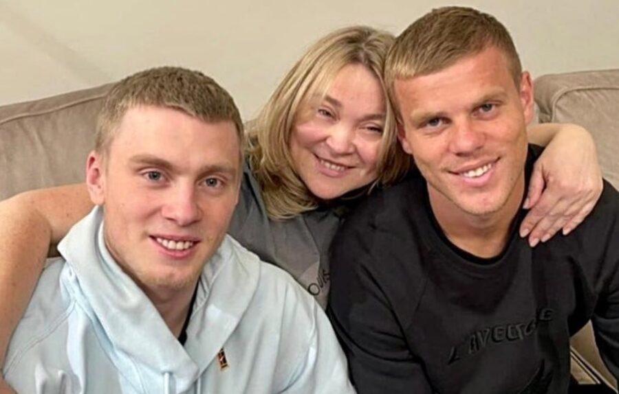 Кирилл Кокорин слева (вместе с братом Александром и супругой брата Светланой)