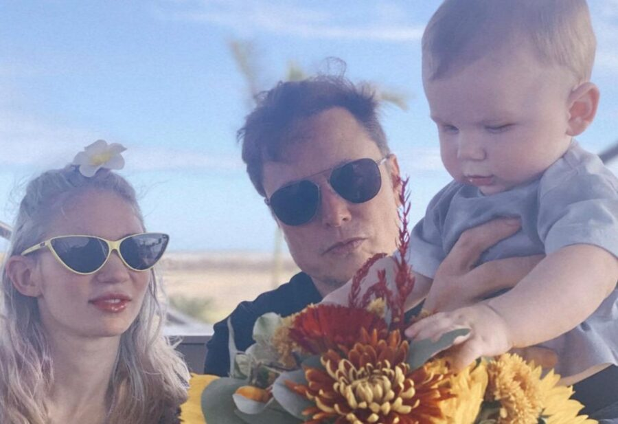 Илон Маск с женой и ребенком